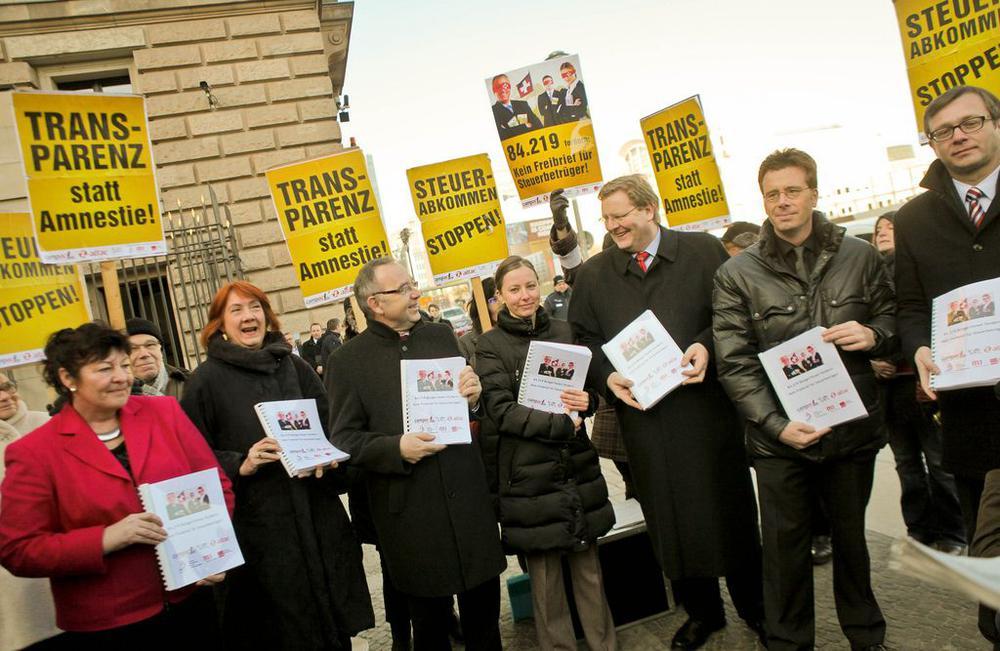 Politiker protestetieren gegen ein intransparentes Steuerabkommen mit der Schweiz.