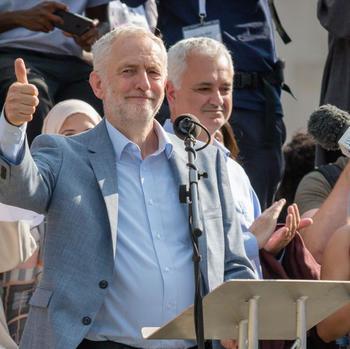 Jeremy Corbyn spricht auf einer Demonstration.