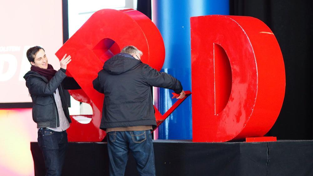 Große SPD-Buchstaben werden abgebaut.