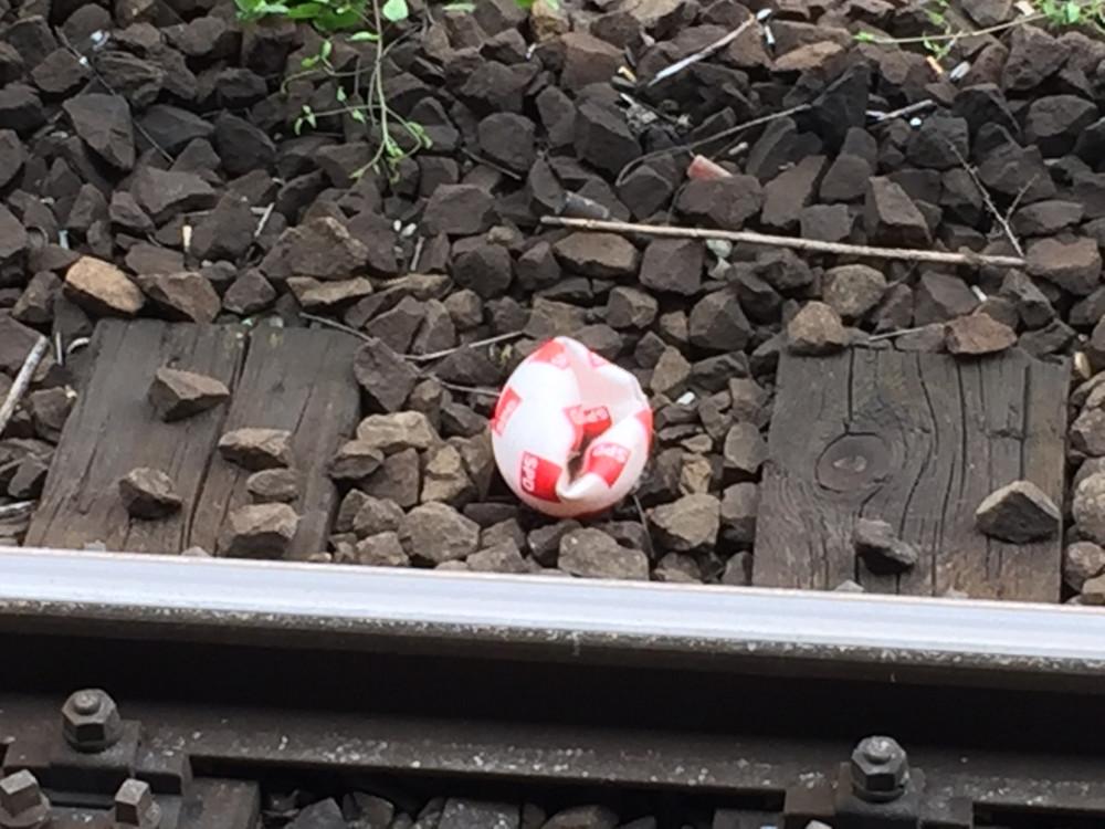 SPD-Ball liegt auf den Gleisen.