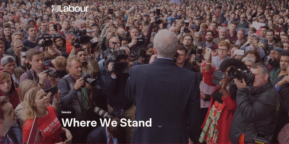 Jeremy Corbyn vor Zuhörern bei einer Veranstaltung.