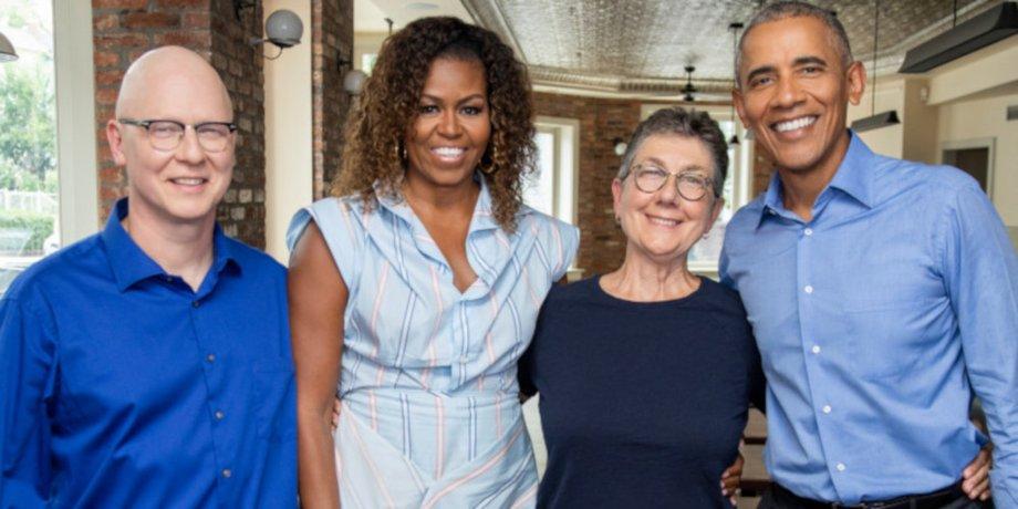 Barack und Michelle Obama stehen strahlend Arm in Arm mit Julia Reichert Steven Bognar.