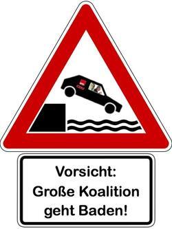 Verkehrschild mit einem Auto, das über den Uferrand in einen See fährt. Darunter steht: Große Koalition geht baden!