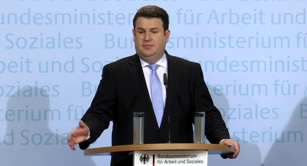 Hubertus Heil sprich im Ministerium zur Presse.