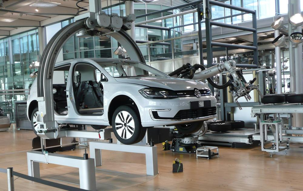 Produktion eines VW Golf in moderner Fabrikhalle ohne Arbeiter.