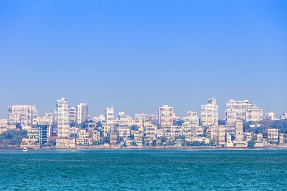 Skyline von Mumbai bei strahlend blauem Himmel.