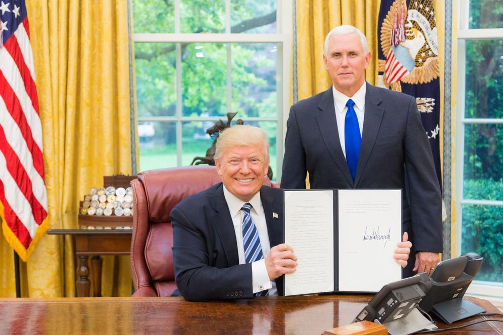 Donald Trump und Mike Pence bei der Unterzeichung eines präsidialen Verfügung im Oval Office im Weißen Haus.