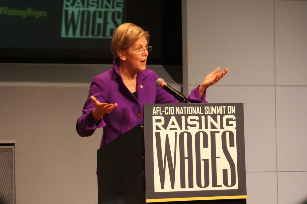 Elizabeth Warren hält eine Rede.