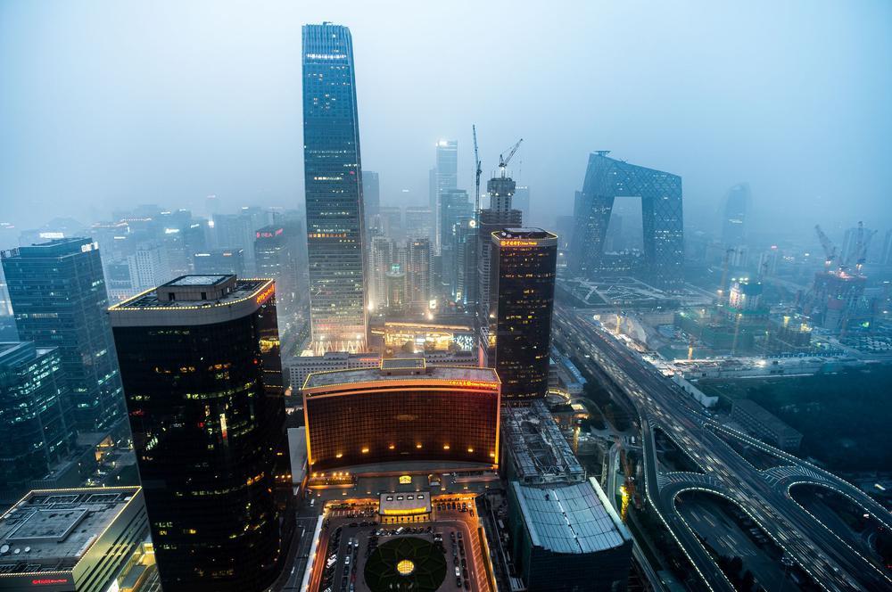 Skyline des Geschäftsviertels von Peking im Smog.