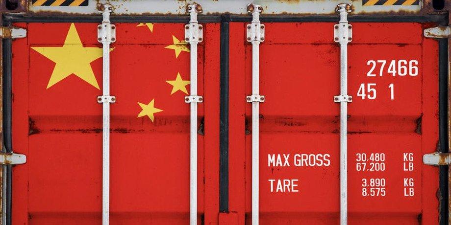 Frontseite eines roten Containern mit gelben Sternen links oben, der chinesischen Flagge nachempfunden.