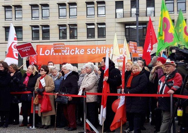 Eine Gruppe von vornehmlich Frauen demonstriert für gleiche Bezahlung von Frauen und Männern.
