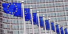 EU-Flagge und die Flaggen der Mitgliedsstaaten der EU wehend vor dem Berlaymont-Gebäude in Brüssel
