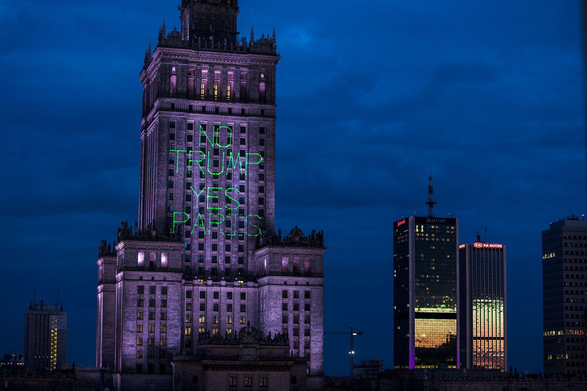 Greenpeace Polen hat auf ein Gebäude die Worte projeziert: No Trump Yes Paris