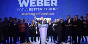 Kandidatenkür von Manfred Weber von der EVP für die EP-Wahl 2019 mit vielen Männern und der Kanzlerin auf der Bühne.