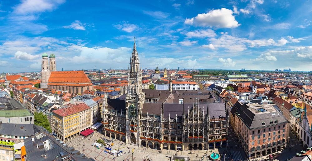 Panorama-Aufnahme von München, im Vordergrund der Marienplatz mit dem historischen Rathaus.
