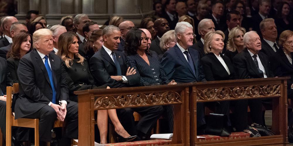 Trump sitzt beim Trauergottesdienst für George W.H. Bush in der ersten Reihe neben seinen Vorgängern Obama, Clinton und Carter.