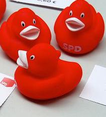 Rote Badeenten mit SPD-Aufschrift