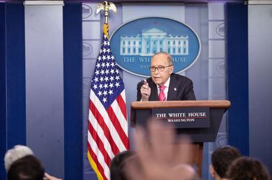 Pressekonferenz im Weißen Haus mit Larry Kudlow am Rednerpult.