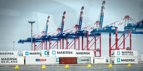 Containerumladen im Hafen