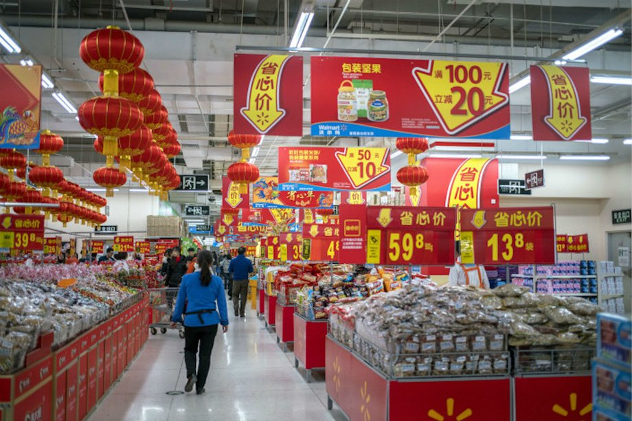 Ein chinesischer Supermarkt mit vielen Angebotesschildern und roten Lampionlampen.