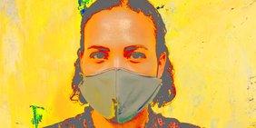 Eine Frau mit Mundmaske. Das Bild ist farblich verfremdet mit starken Gelb- und Rottönen.