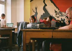 Hipster arbeiten an Laptops im Café Oberholz in Berlin