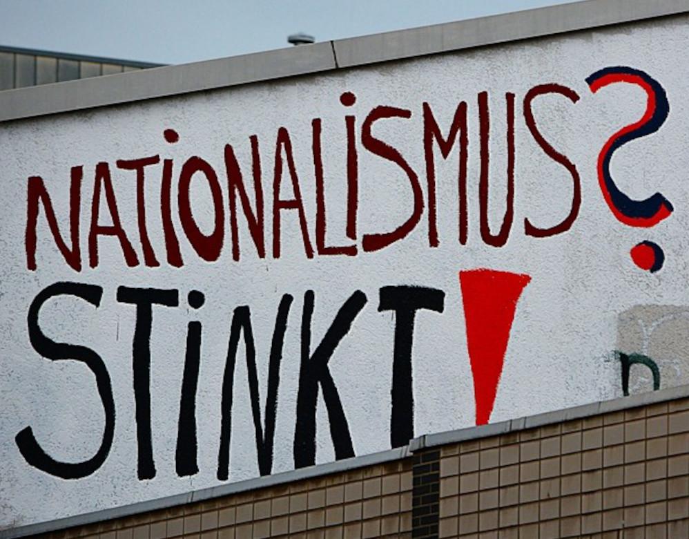 """Textgraffito auf einer Wand: """"Nationalismus? Stinkt!"""""""