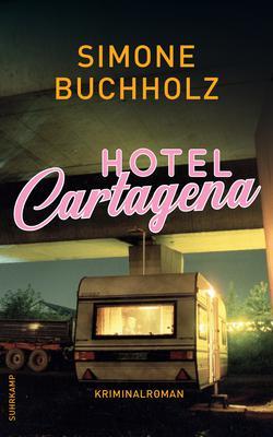 """Buchumschlag von Simone Buchholz """"Hotel Cartagena"""", auf dem ein Wohnwagen unter einer Autobrücke zu sehen ist."""
