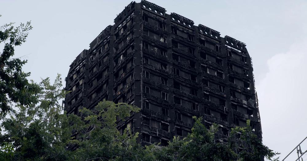 Das ausgebrannte Hochhaus Grenfell Tower in London.