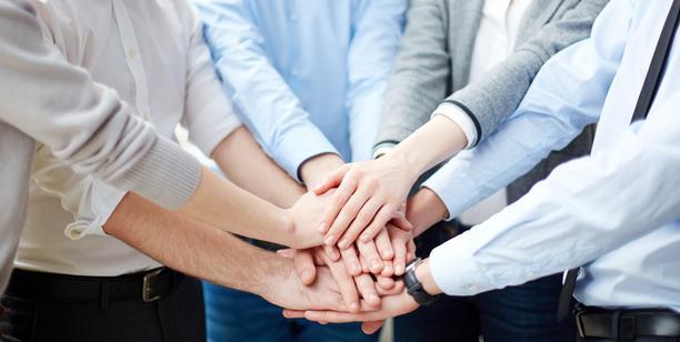 Hände die zusammenhalten