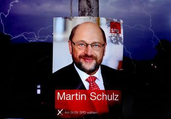 Wahlplakat von Martin Schulz mit Gewitterblitzen im Hintergrund