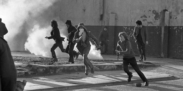 Menschen flüchten vor Rauchgaswolke.