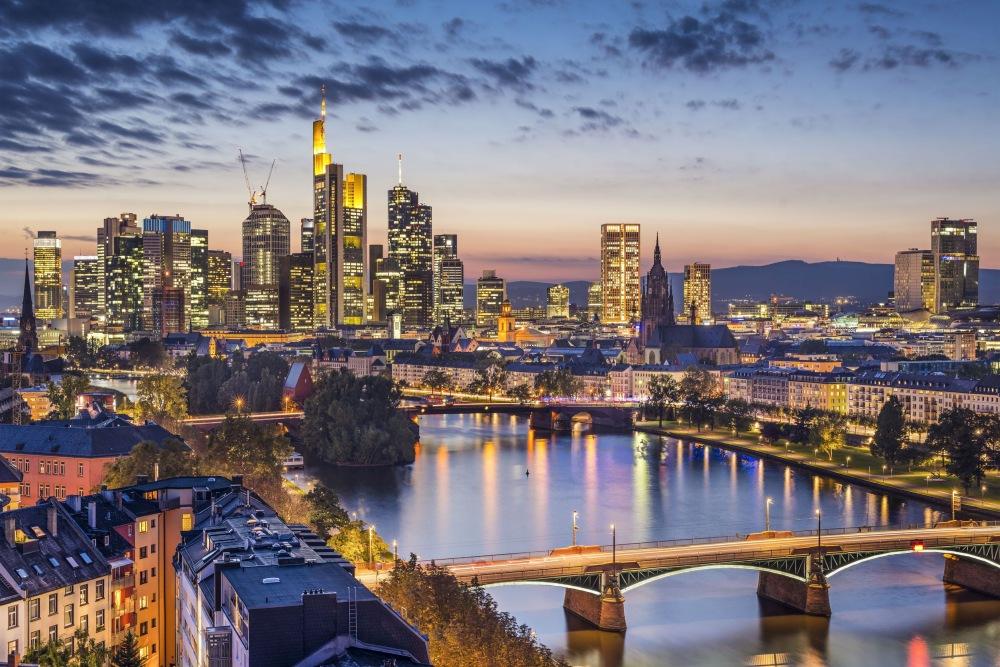Nachtaufnahem vom Frankfurter Bankenviertel mit vielen Hochhäusern.