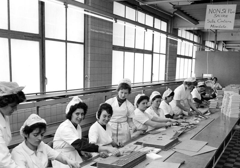 Gastarbeiterinnen in der Schokoladenfabrik Stollwerck, in weißen Kitteln