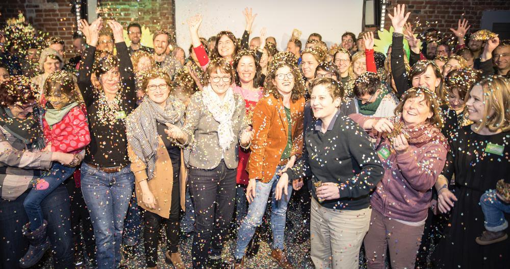Die Grünen, im Vordergrung vor allem Frauen, in NRW feiern Karneval mit viel Konfetti.