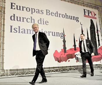 Heinz-Christian Strache mit Geert Wilders vor einem Plakat, das vor der Islamisierung Europas warnt.
