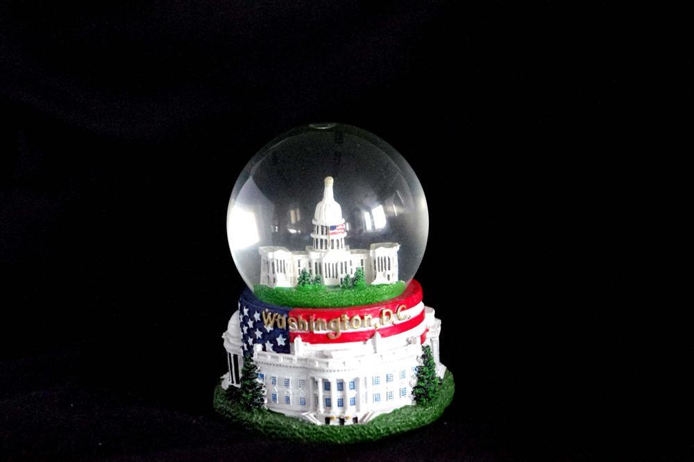 """Das Kongressgebäude in einer Schneekugel, auf der unten """"Washington D.C."""" steht."""