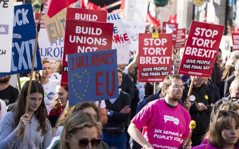 """Protestdemonstration gegen den Brexit in London mit Plakaten auf denen etwas steht: """"Stop Tory Brexit. Give people a say"""" oder """"I will allways love the EU""""."""