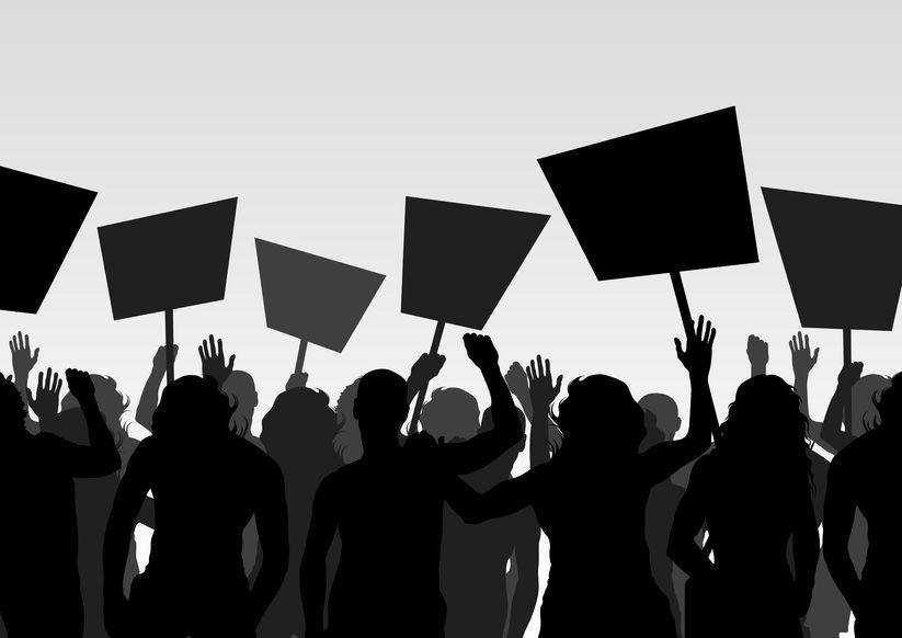 Schwarzweiße Skizze von Demonstranten im Gegenlicht. Sie tragen Plakate in Schwarz, kein Text ist zu erkennen.