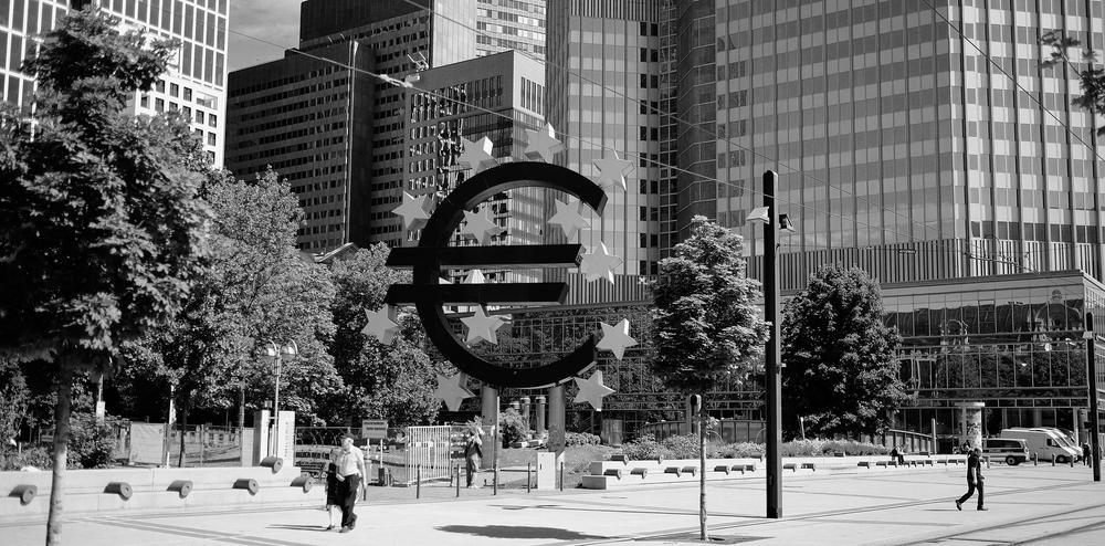 Bild es Euro-Symbols, das als Denkmal in Frankfurt steht.