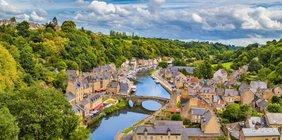 Idyllische französische Stadt an einem Fluß.