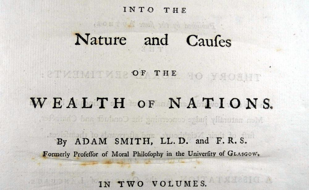 """Erste Seite aus dem Buch """"Wealth of Nations"""" mit Angabe des Titels und des Autors."""