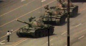 Ein Mann steht vor Panzern auf dem Platz des Himmlischen Friedens 1989.