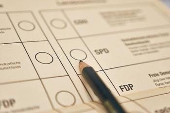 Wahlzettel mit einem Bleistift, der auf SPD zeigt.