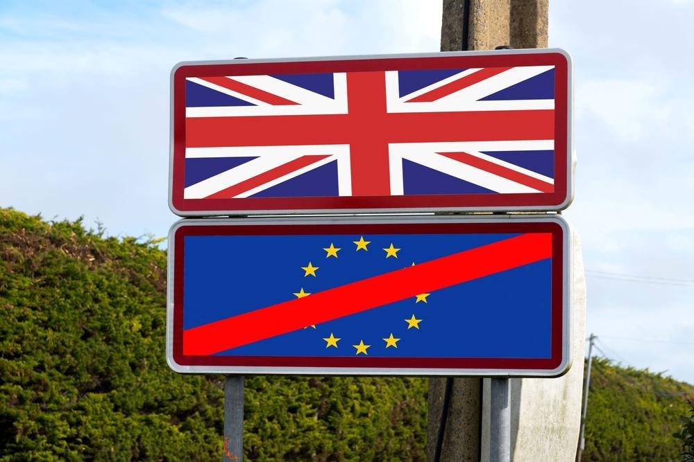 Zwei Schilder übereinander, auf dem oberen Schild die Flagge von Großbritannien, auf dem unteren eine durchgestrichene Europa-Flagge.