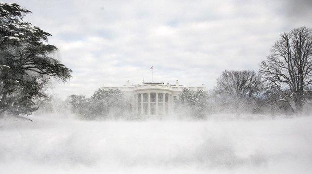 Die Front des Weißen Haus im Schnee.