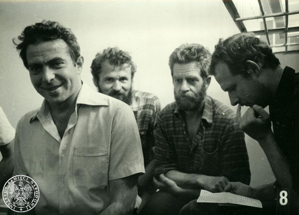 Die Solidarność-Aktivisten Karol Modzelewski, Henryk Wujec, Andrzej Gwiazda, Adam Michnik nach ihrer Verhaftung 1981.