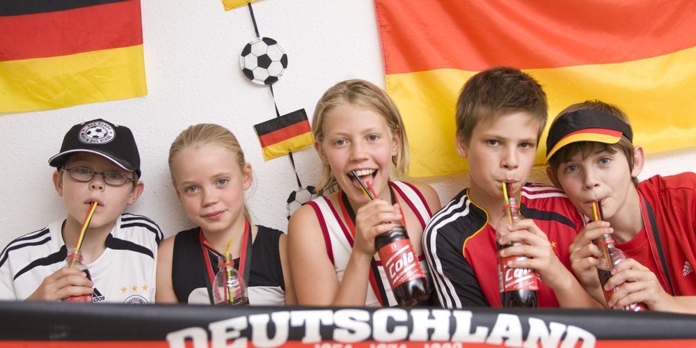 Kinder als Fans mit Deutschland-Fahne.