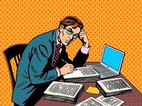 Karikatur in Popart-Stil von einem Mann der an einem Schreibtisch sitzt, vor sich stapeln sich Papiere, dahinter liegt ein Laptop.