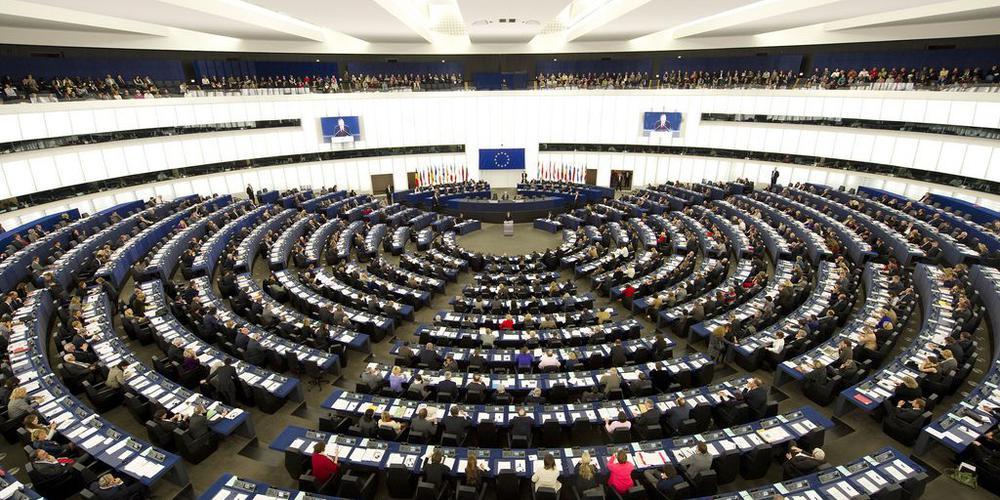 Das Rund es EU-Parlaments von der Empore hinten aufgenommen.